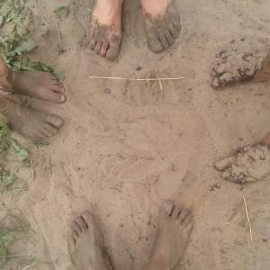 blote-voetenpad-middag-4-paar-voeten
